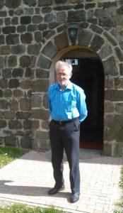 Erwin Penner vor der Kirche Hohenwerbig